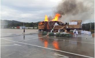 【图】中秋节,一辆着火的大货车开进了服务区